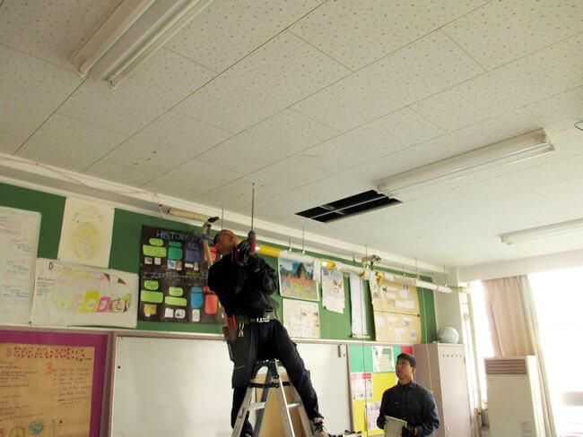 室内機を取り外した状態。吊ボルトと呼ばれる室内機を設置する金具を天井につけます。