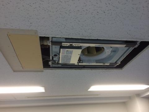 新規室内機(天井カセット2方向)、設置作業中